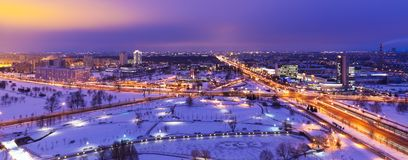 Panorama aérien de l'hiver de nuit de Minsk, Belarus Photos libres de droits