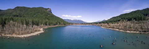 Panorama aérien de lac rattlesnake avec le rebord et le Mt SI Backgro Image libre de droits