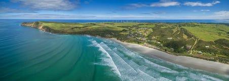 Panorama aérien de plage de Bridgewater de cap, de règlement, et de ferme de vent dans Victoria, Australie Images libres de droits