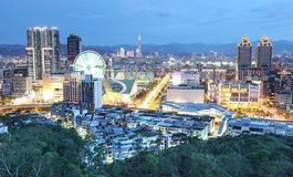 Panorama aérien de ville occupée de Taïpeh au crépuscule Photos stock