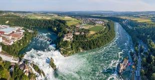 Panorama aérien des chutes du Rhin avec le château de Schloss Laufen, Suisse image stock