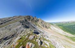 Panorama aérien large de crête de montagne à tête de trois pendant l'été image libre de droits