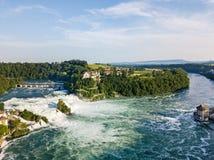 Panorama aérien par le bourdon des chutes du Rhin avec le château de Schloss Laufen, Suisse image stock