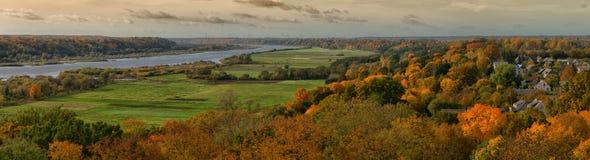Panorama aérien, paysage de rivière d'automne, Raudone, Lithuanie photos libres de droits