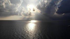 Panorama aérien sur le ciel et la mer dramatiques, éclat du soleil par des nuages banque de vidéos