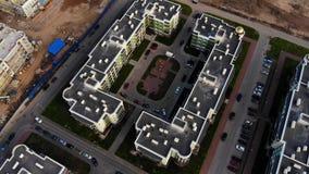 Panorama aérien sur le dessus de toit et la construction de logement banque de vidéos