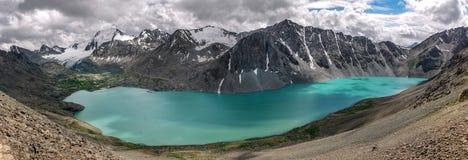 Panorama ałuny jeziorni w Tian shanu górach zdjęcie royalty free