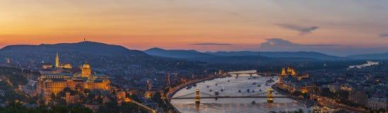 Panorama aan Boedapest van Citadella-heuvel stock foto's