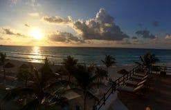 Panorama aan de oceaan in zonsopgangtijd Stock Foto