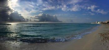 Panorama aan de oceaan in zonsopgangtijd Royalty-vrije Stock Foto's