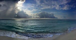 Panorama aan de oceaan in zonsopgangtijd Royalty-vrije Stock Fotografie