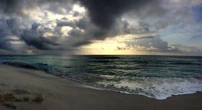 Panorama aan de oceaan in zonsopgangtijd Stock Afbeeldingen