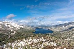 Panorama aan Donner-meer van Donner-Pas, Sierra Nevada, het gebied van Meertahoe stock foto's
