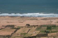 Panorama aan golven op de kustlijn van de Atlantische Oceaan in Marokko stock afbeelding