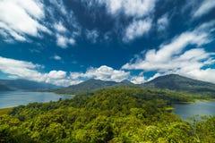 Panorama aan het meer en Danau Buyan van Danau Tamblingan Stock Fotografie