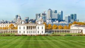 Panorama aan het park en Canary Wharf van Greenwich in Londen Stock Afbeeldingen