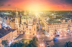Panorama aan St Nicholas Church bij oud stadsvierkant met mooie zonsondergang in Praag royalty-vrije stock fotografie