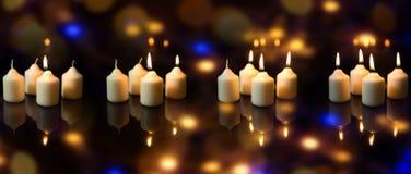 Panorama adventsäsong med många stearinljus som mousserar reflekterar Royaltyfri Foto