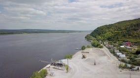 Panorama aereo dei dintorni della cava di calcare nel giorno di estate, fiume stock footage