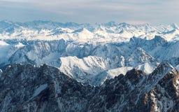 Panorama aereo dei picchi di montagna nevosi Immagini Stock Libere da Diritti
