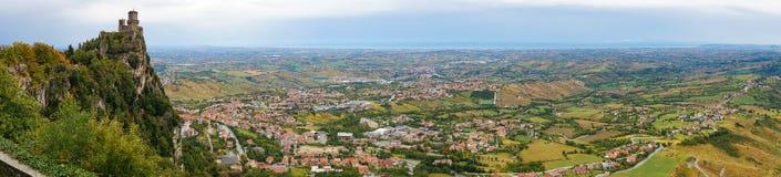 Panorama aereo del castello e della campagna dell'alta montagna Immagine Stock Libera da Diritti