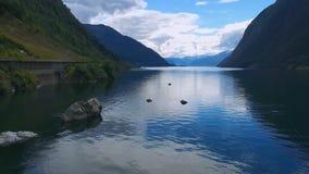 Panorama aereo del fiume e delle montagne norway video d archivio