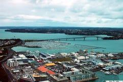 Panorama aereo della città & del porto della torre del cielo di Auckland in Nuova Zelanda Immagine Stock Libera da Diritti