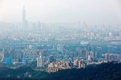 Panorama aereo della città di Taipei in nebbia di mattina con la vista del punto di riferimento di Taipei nel centro della città Immagini Stock