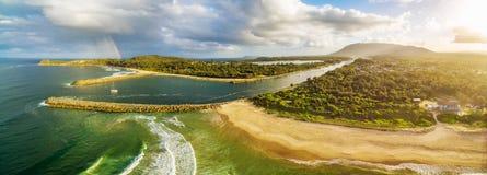 Panorama aereo della linea costiera dell'oceano Fotografia Stock