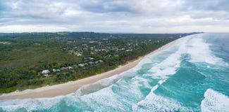 Panorama aereo della linea costiera dell'oceano Immagini Stock Libere da Diritti