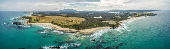 Panorama aereo della linea costiera dell'oceano a Narooma, Nuovo Galles del Sud, Australia Fotografia Stock Libera da Diritti