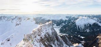 Panorama aereo della montagna con una cresta nevosa della montagna rocciosa Immagine Stock Libera da Diritti
