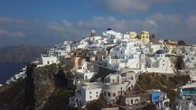 Panorama aereo della roccia e delle ville di Skaros in Imerovigli, Santorini stock footage