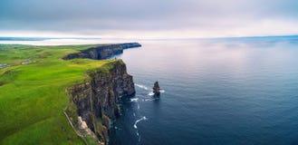 Panorama aereo delle scogliere sceniche di Moher in Irlanda fotografie stock libere da diritti