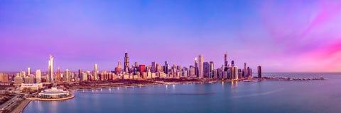 Panorama aereo di paesaggio urbano di tramonto di alba dell'orizzonte di Chicago fotografia stock