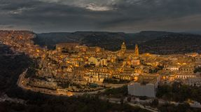 Panorama aereo di Ragusa Ibla e di Ragusa Superiore o città superiore - una parte di un sito del patrimonio mondiale dell'Unesco fotografia stock libera da diritti