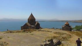 Panorama aereo di vecchio bello complesso in Armenia, giro del monastero di Sevanavank archivi video