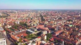 Panorama aereo 4k Italia di paesaggio urbano di Milano di giorno soleggiato stock footage