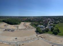 Panorama aereo nell'alta risoluzione di un cantiere al bordo di un villaggio Immagini Stock