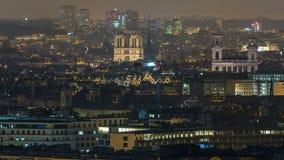 Panorama aereo sopra i tetti delle case in un timelapse di notte di Parigi stock footage