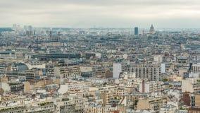 Panorama aereo sopra i tetti delle case in un timelapse di Parigi video d archivio