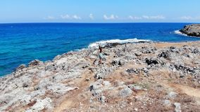 Panorama aereo sulla giovane donna sulla spiaggia del mare, Creta, Grecia stock footage