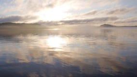 Panorama al lago in nebbia Bello tramonto video d archivio