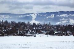 Panorama al piccolo villaggio turistico nell'inverno, nel BAC Fotografia Stock Libera da Diritti