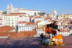 Panorama Alfama, Lisboa del músico del cantante del Fado Foto de archivo