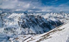 Panorama alpestre de la montaña Fotos de archivo