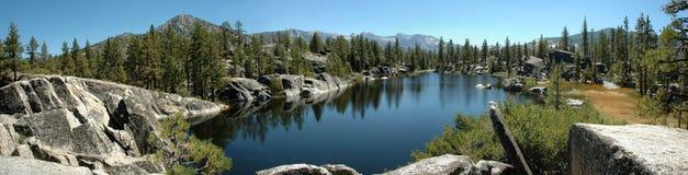 Panorama alpestre de lac en sierra Nevada Images libres de droits