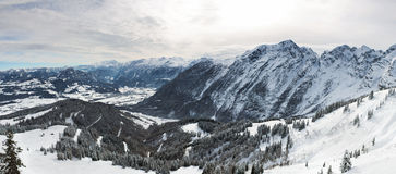 Panorama in alpi bavaresi, sbarco di Berchtesgadener, Germania Immagine Stock