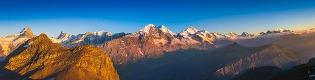 Panorama alpin : Visage du nord d'Eiger, Alpes suisses Photos stock