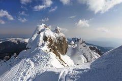 Panorama alpino con los acantilados nevados imágenes de archivo libres de regalías